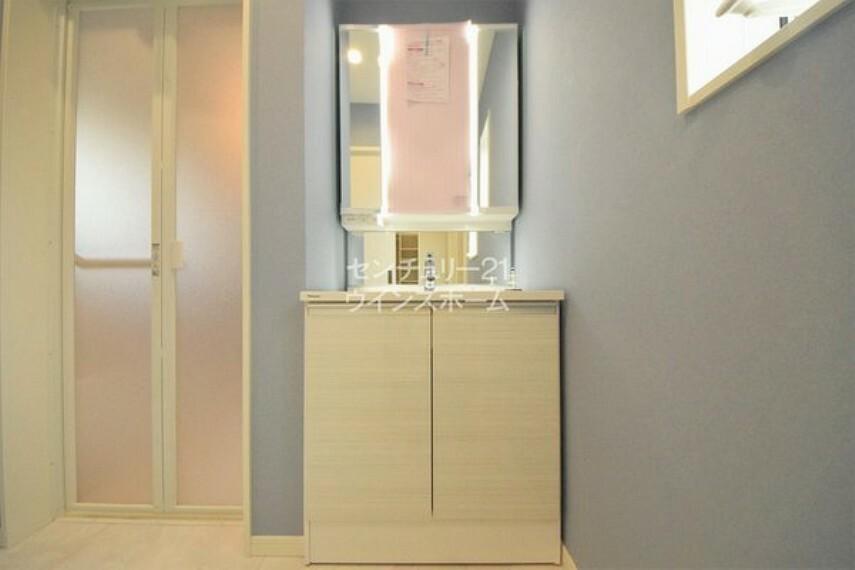 洗面化粧台 三面鏡の付いたシャンプードレッサーで忙しい朝が快適!鏡の裏が収納になっているので、スキンケア用品などがしまえて洗面周りがスッキリ片付けられます!