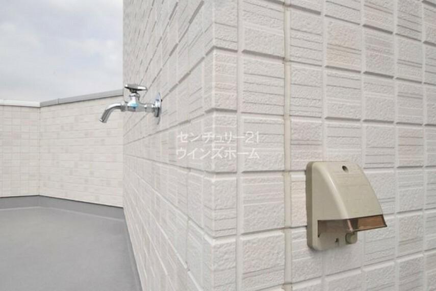 バルコニー 水栓付きで汚れをすぐに洗い流すことができます!防水コンセントのご用意も!