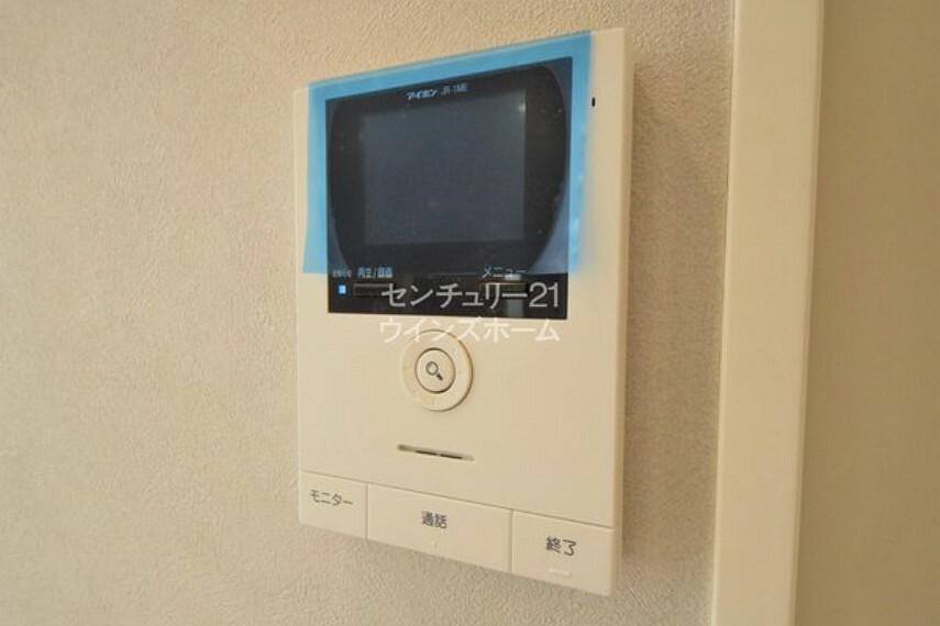 専用部・室内写真 ピンポンと鳴ったらモニターで訪問者を確認!わざわざ玄関まで確認に行く手間が省けたり、録画機能で記録しておけば万が一の時にも安心です。