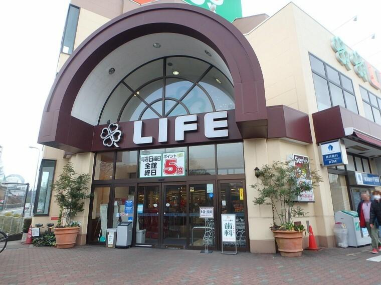 スーパー ライフ鶴見店(チェーン展開するお馴染みのスーパーマーケット。駐車場台数164台で、荷物の多くなる日も安心です。)