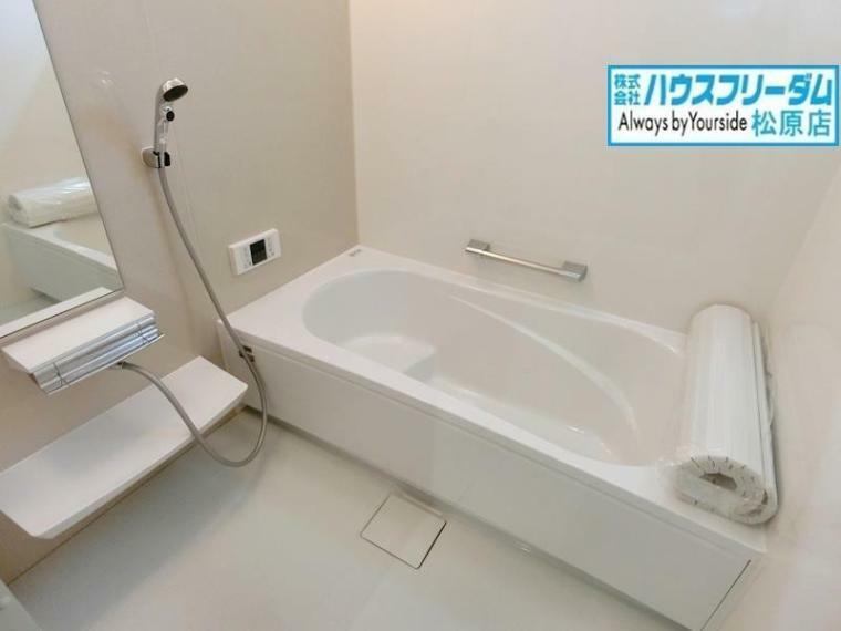 浴室 一日の疲れを癒してくれるバスルームはゆったりと浴槽に入り半身浴をしながら読書を楽しんだりも可能です! 浴室乾燥機付きですので、梅雨や花粉の季節にも気にせず洗濯物を干すことができます!