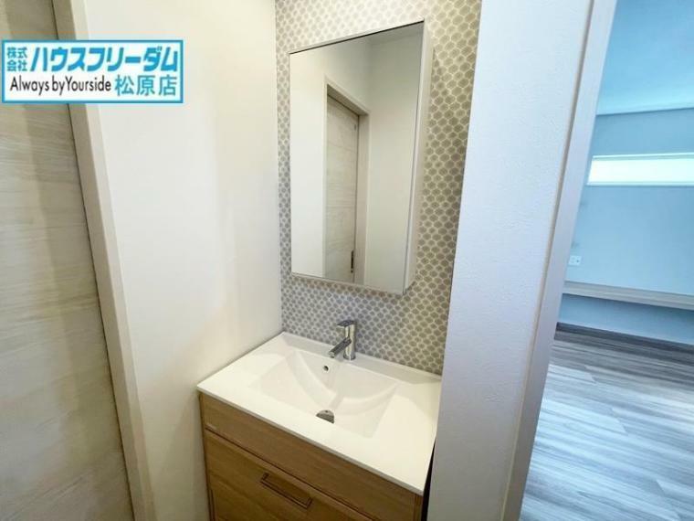 洗面化粧台 2階トイレ横の洗面台です! 家族が多いほど、朝は混雑しやすい洗面所。朝の準備をスムーズに行えます! 1階の洗面台と同様、鏡の裏まで収納になっておりすっきりと整理整頓できます!