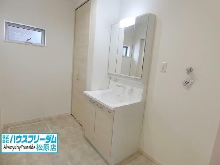 洗面化粧台 高級感あふれるシャワー付き洗面化粧台です! 三面鏡になっており身だしなみをしっかりと確認できます! 洗面室には、タオル類や置き場所に困る美容家電を、出し入れしやすく収納できます!