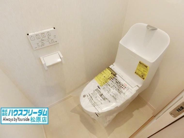 トイレ 白で統一された空間は、清潔な印象を与えてくれそうですね。窓から光が入り、明るい雰囲気のお手洗いです。 1階と2階にトイレがあると、来客時にも気兼ねなく使うことができます。