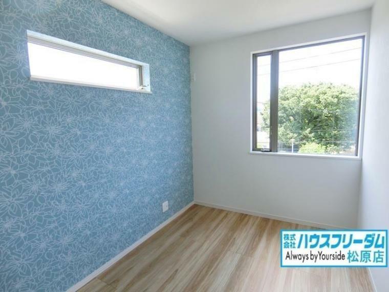 洋室 全居室二面採光で日当たりと風通しが良好です! 優しい光と心地良い風の通り抜けるお部屋は風が抜けると気持ちよく爽快感のある空間となります! 快適で広々とした癒しの空間で、心地良いひと時をお過ごしください!
