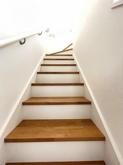 外観・現況 階段は手摺りもついて安心です。窓もついてて採光もあり、昼間でも明るいのがいいですね。