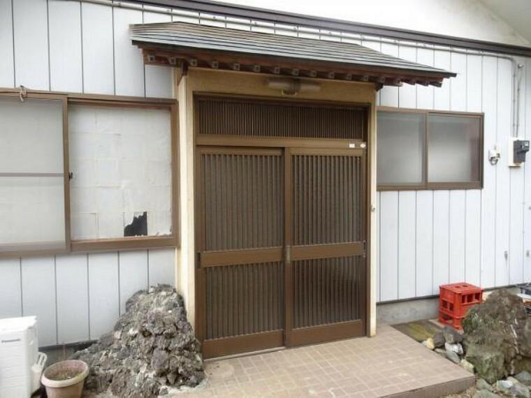 玄関 【リフォーム中】玄関写真。玄関のカギは新品交換いたします。