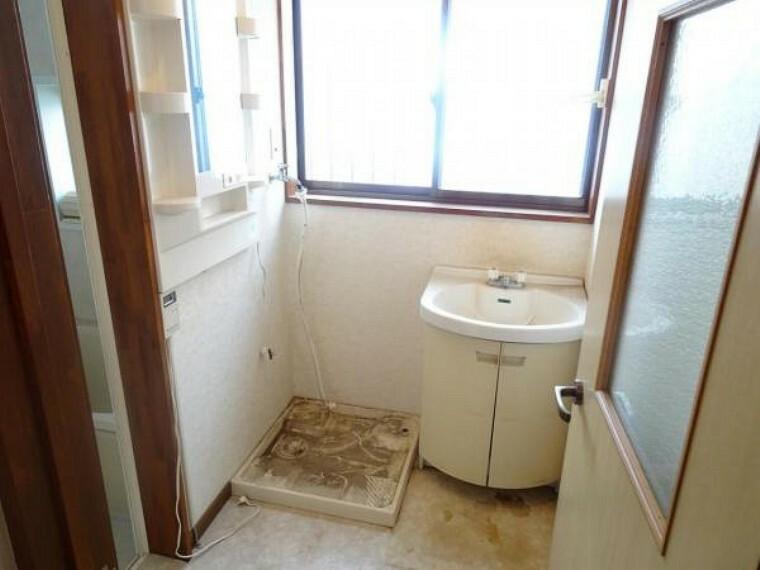 洗面化粧台 【リフォーム中】洗面室。洗面化粧台は新品交換いたします。床クッションフロア張替、壁クロス貼替ます。