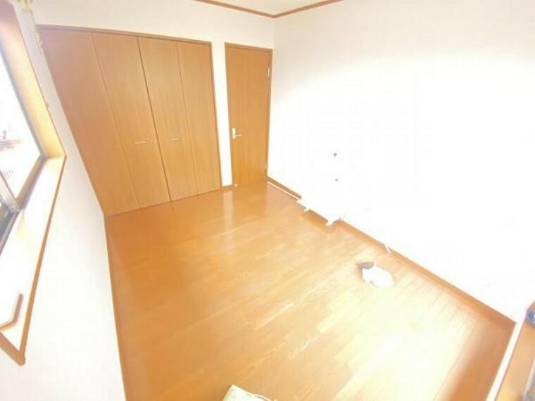【リフォーム中】2階北西側洋室です。フローリングはワックスがけ、天井・壁はクロス張替えを行います。