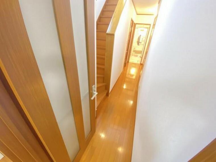 【リフォーム中】1階廊下です。フローリングはワックスがけ、天井・壁はクロス張替えを行います。