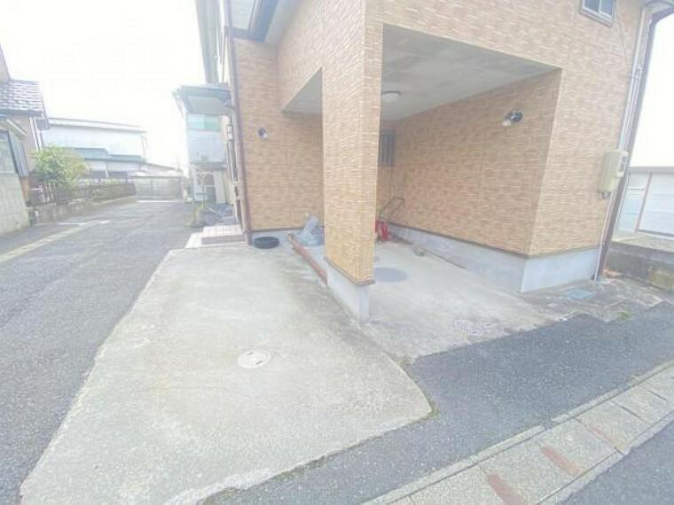 駐車場 【リフォーム中】駐車場はビルトイン1台と横づけ1台の計2台分ございます。