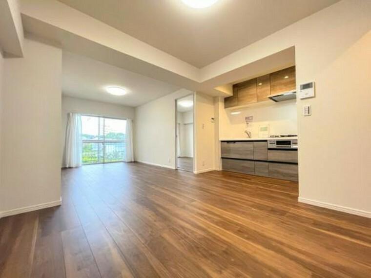 居間・リビング 広いリビングは家族が自然と集まる居心地の良い空間