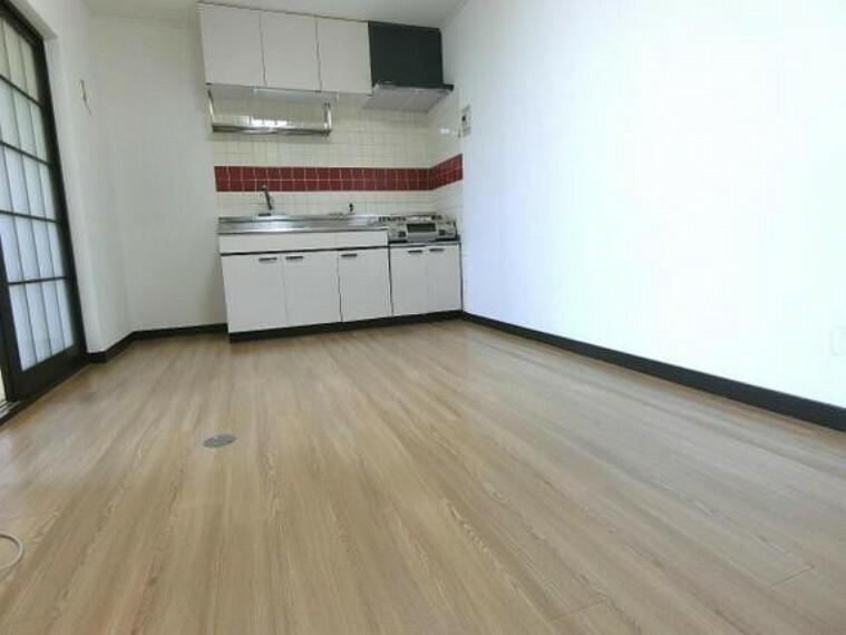 居間・リビング 約8帖のダイニングキッチンです。