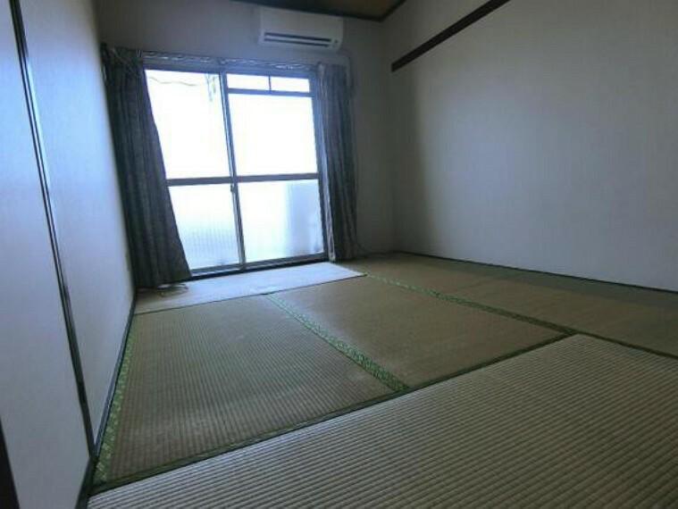バルコニーに面した約6帖の和室です。