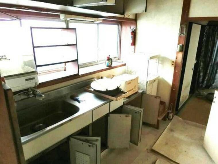 キッチン キッチンには窓がございますので、お料理後の臭いも籠りにくく快適にお使い頂けます。
