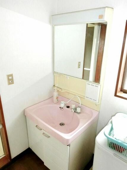 洗面化粧台 大きな鏡のある洗面台ですので、毎日の身支度も楽ちんです。