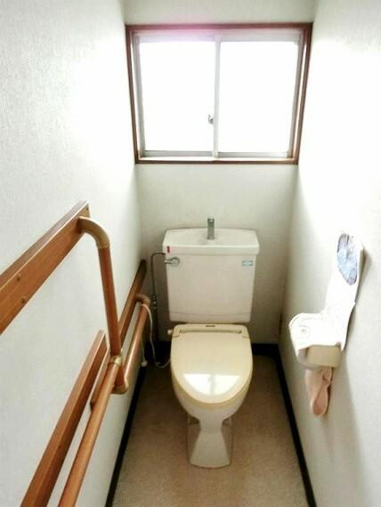 トイレ 窓があり明るいトイレスペースです。