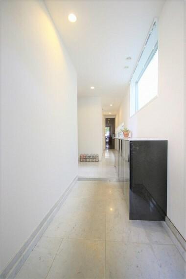 玄関 大理石貼りの、さわやかで清潔感のある玄関フロア。窓もあり、明るい陽光が照らします
