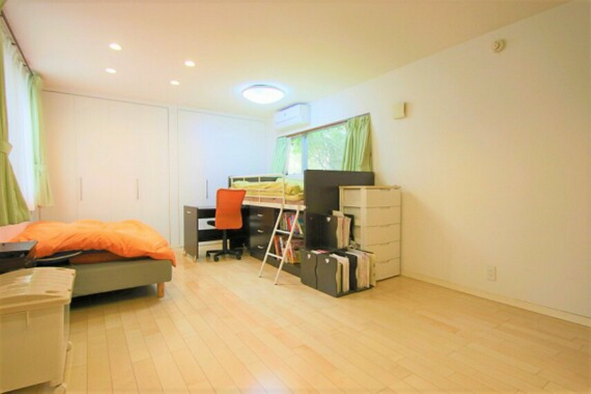 収納 洋室の壁1面に大型クローゼットを設けてあり、空間を広くお使いいただけます