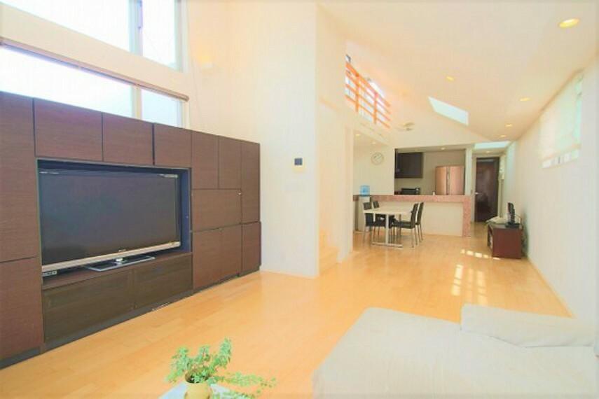 居間・リビング 全居室にエアコン、照明器具付き。新生活をスムーズに始められます
