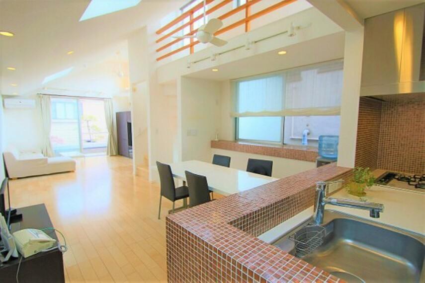 居間・リビング 広々としたリビングは、暖かい日差しが差し込む天窓付きです