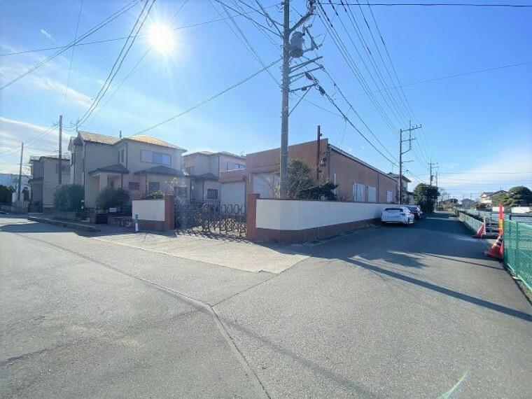 現況写真 工場側 東側前面道路8.1m、北側前面道路5.7mの角地 開放感がありますね