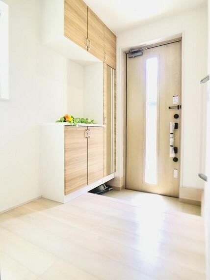 玄関 収納豊富なシューズクローゼットです! 同社他物件の写真です、参考にして下さい!