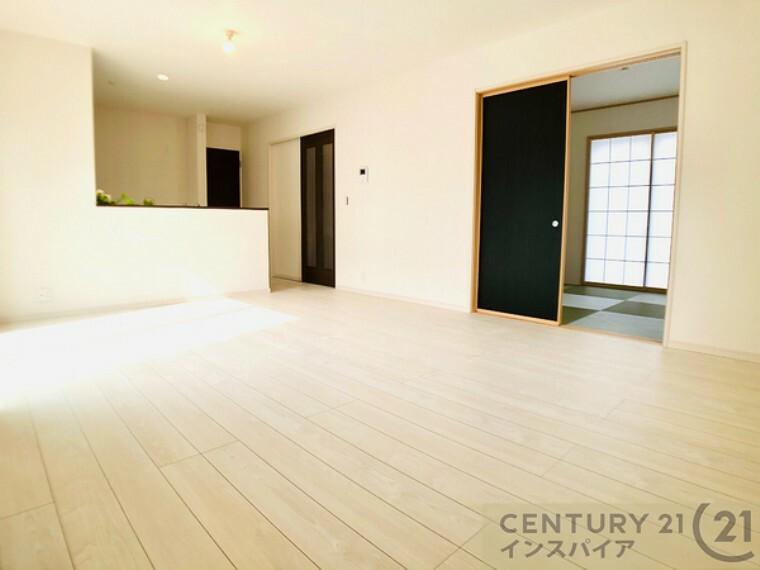 居間・リビング ドアを開ければ和室とつながり、さらに開放的な空間になります! 同社他物件の写真です、参考にして下さい!