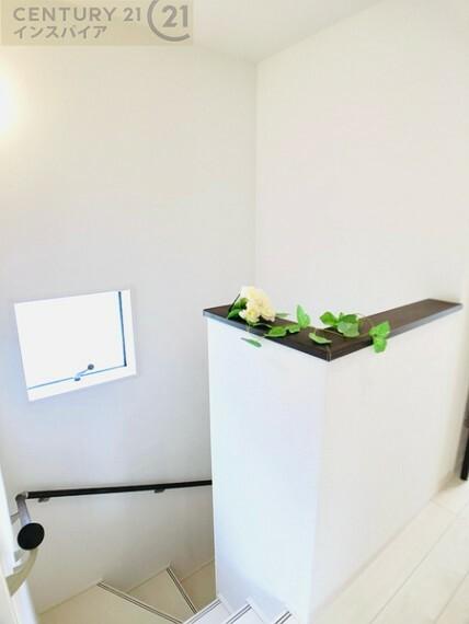 窓と手すり付きの明るい安全な階段です! 同社他物件の写真です、参考にして下さい!