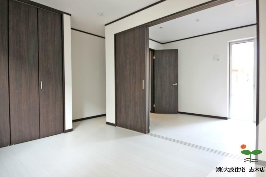 寝室 引き戸を開け1部屋としても、扉を閉め2部屋としても利用可能^^1号棟:現地写真2020.6.18撮影