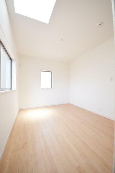 子供部屋 5.2帖の洋室 天窓があり明るいです