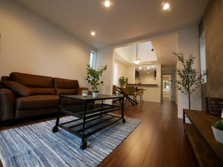 居間・リビング ご家族皆様の憩いの場だからこそ、居心地の良い空間になる様設計されたLDKです。笑い声がこだまする幸せな場所。(LDK施工例写真)