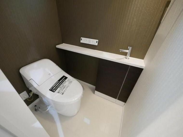 トイレ 先進設備がご家族皆様の健康をサポートしてくれるトイレ空間は、白を基調とした清潔感溢れる空間に。(トイレ施工例写真)