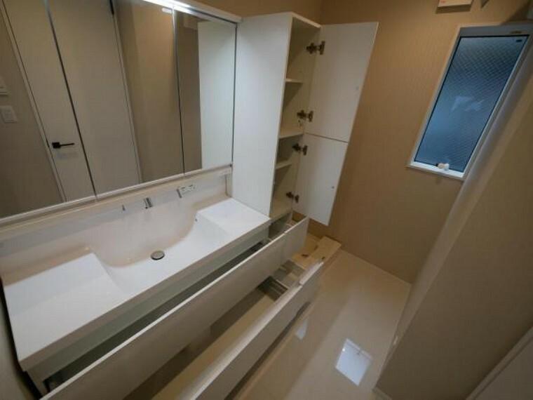 洗面化粧台 三面鏡ならではの機能性・収納力を兼ね備えた洗面台を採用です。毎日使う場所だかからこそ清潔感の溢れる場所に。(洗面台施工例写真)