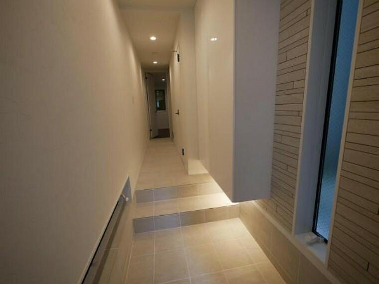 玄関 お住まいの第一印象を決める最初の場所だからこそ、いつでも清潔感溢れる空間に。(玄関施工例写真)