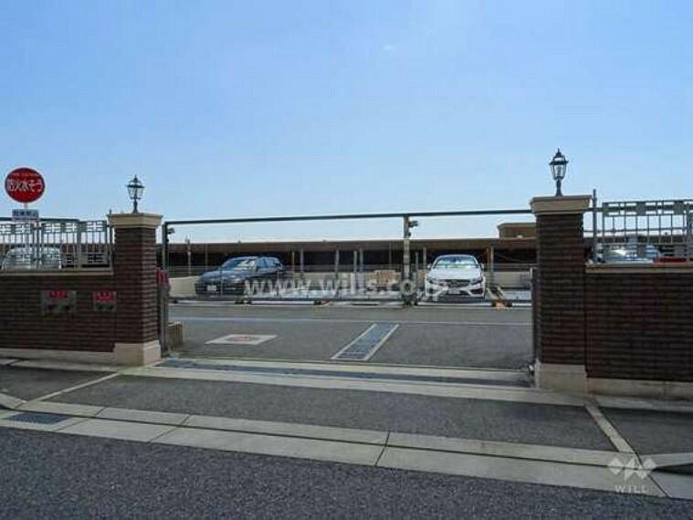 現況写真 駐車場出入り口。ロボットゲート付き。