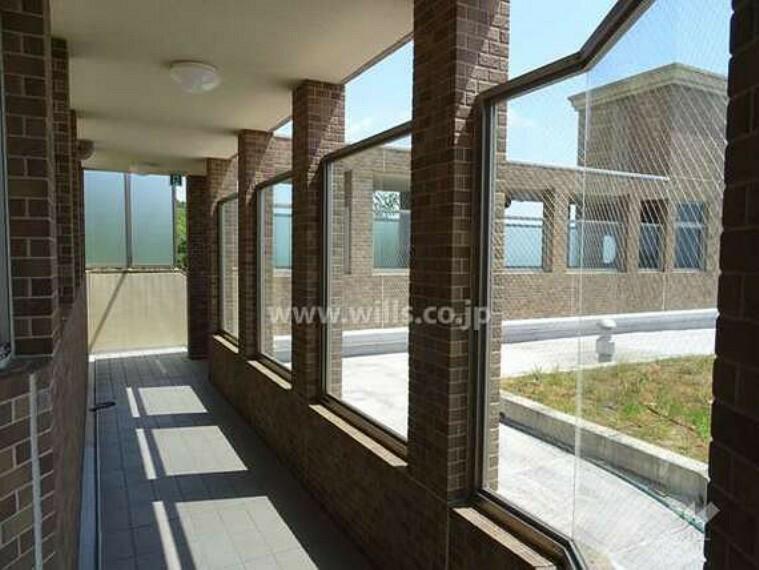 現況写真 棟と棟との間を繋ぐ共用廊下