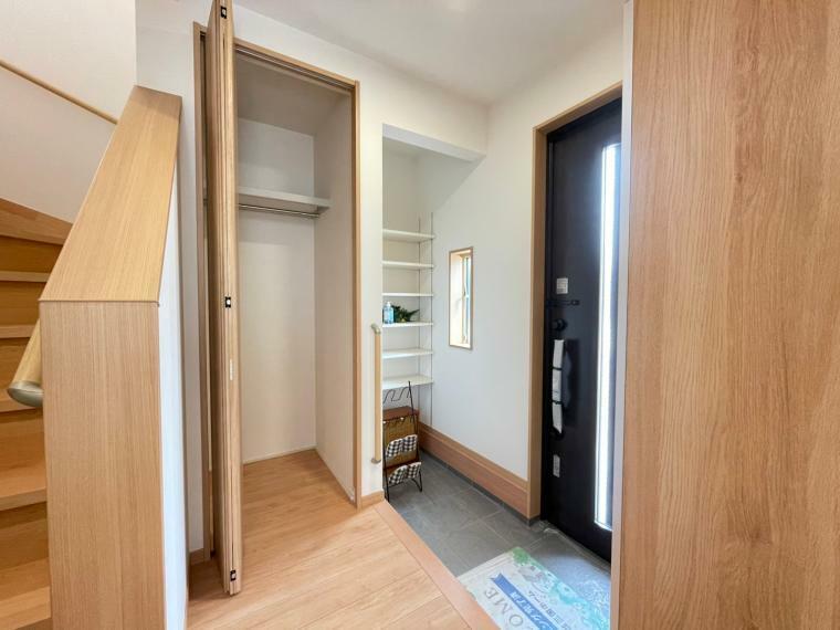 玄関 散らかりがちな玄関もスッキリの玄関収納付きです。