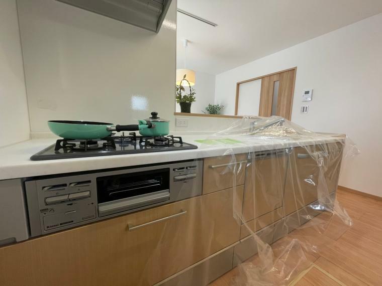 キッチン 料理をしながらでもご家族との会話を楽しめる対面システムキッチンです。