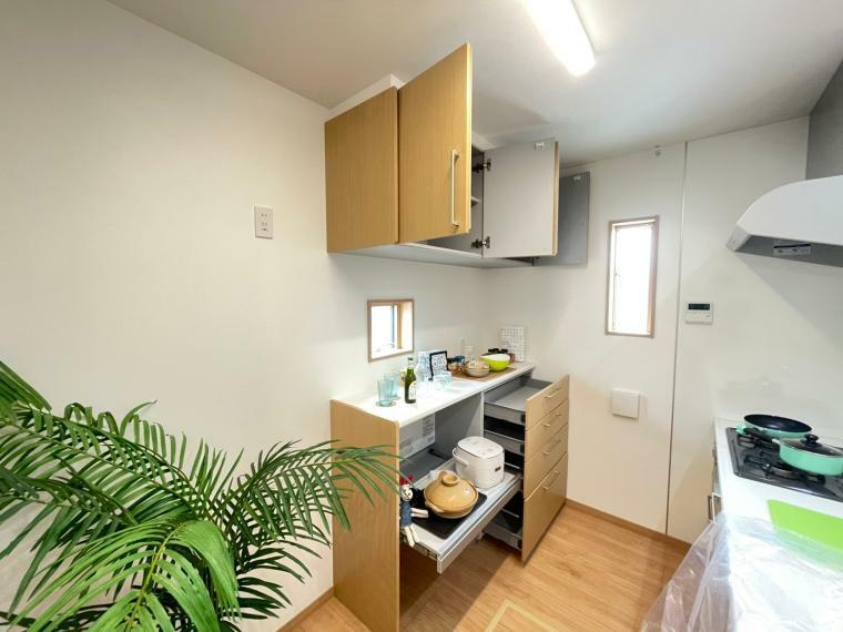 キッチン 備付けのカップボードがあれば収納に困らずすっきりとしたキッチンになります。