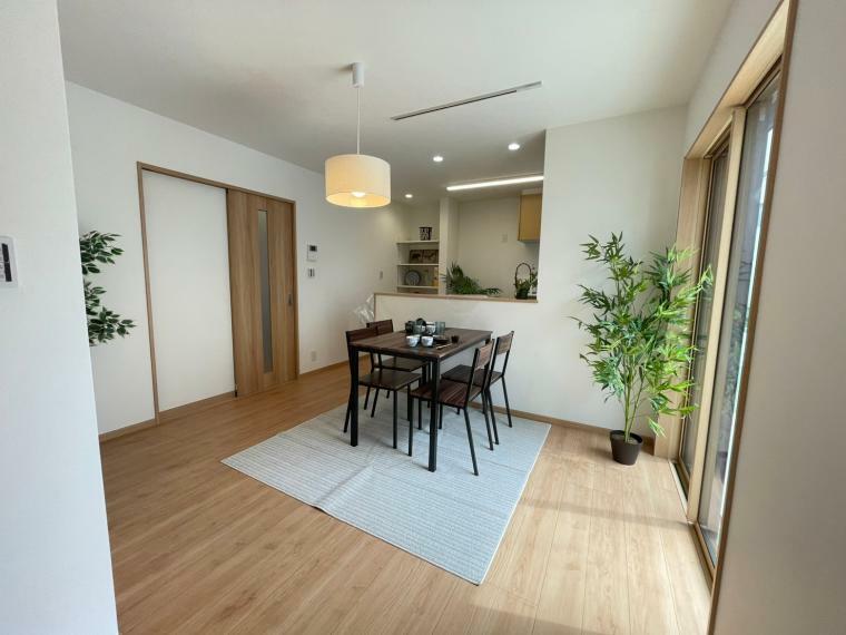 居間・リビング LDKの広さは19帖。ソファーやダイニングセットを置いてもゆとりある広さです。