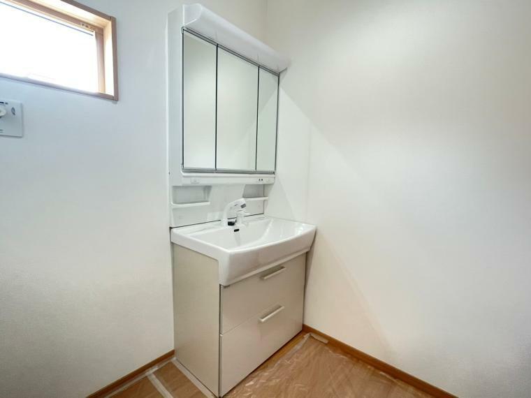 洗面化粧台 小窓がついていて湿気がこもりやすい洗面所も換気が十分行えます。