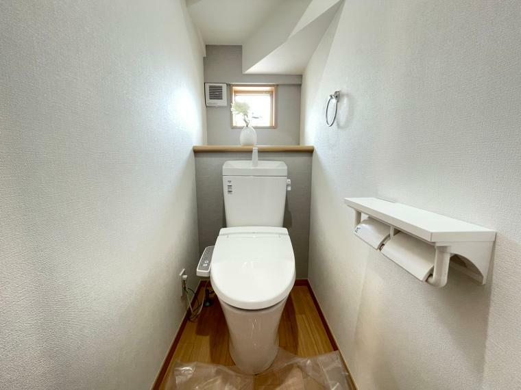 トイレ 自然換気ができる窓があるので衛生的で落ち着ける空間です。