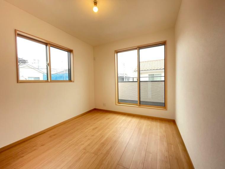 洋室 明るい日差しが差し込む寝室はバルコニーと繋がっているのでお布団も干しやすいです。