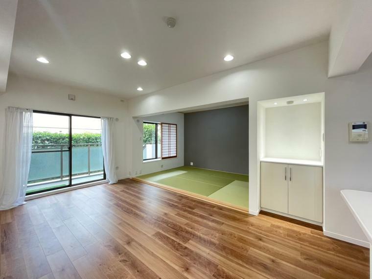 居間・リビング 南向きで、室内も明るい空間です