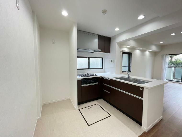 キッチン 床下収納、窓付きのL字型キッチン