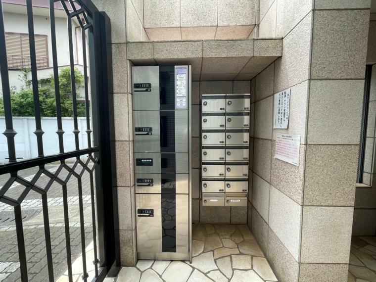 宅配ボックス メールボックスの他、宅配ボックスもあります