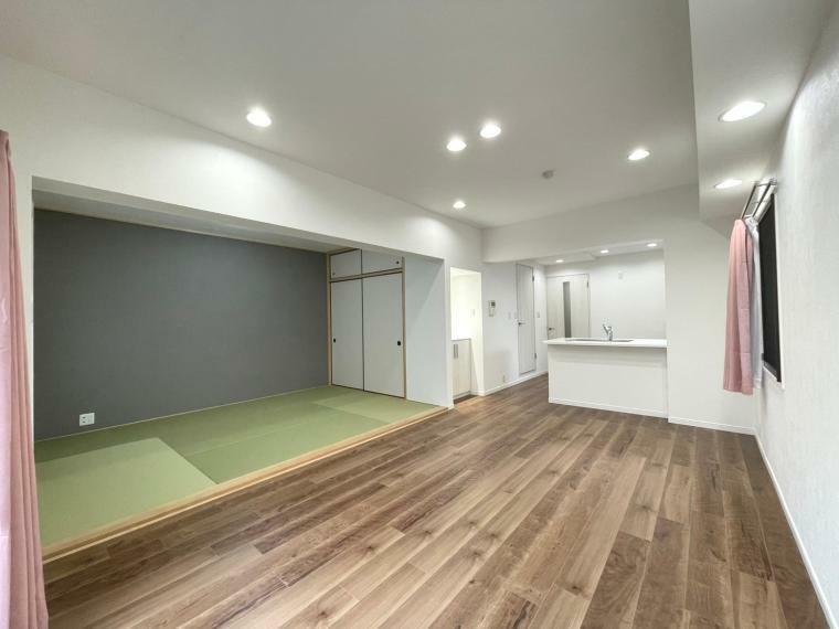居間・リビング 約14.4帖あるLDK。和室と合わせると約20条の広々とした空間です