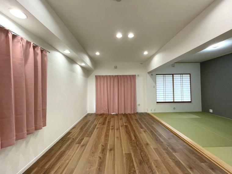 リビングダイニング 夜やカーテンが閉まっている時でも、多数設置されているダウンライトで、明るい空間です