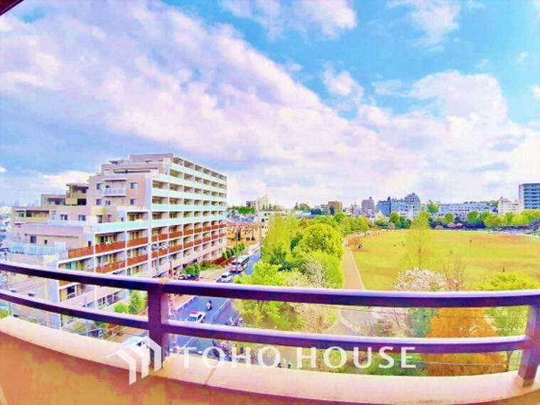眺望 【Balcony】青空からの陽光を浴びるバルコニー爽やかな涼風が吹き抜け、周辺には住宅街の景色が広がります。心を落ち着かせ開放してくれる眺望が今日もご家族を包み込みます。